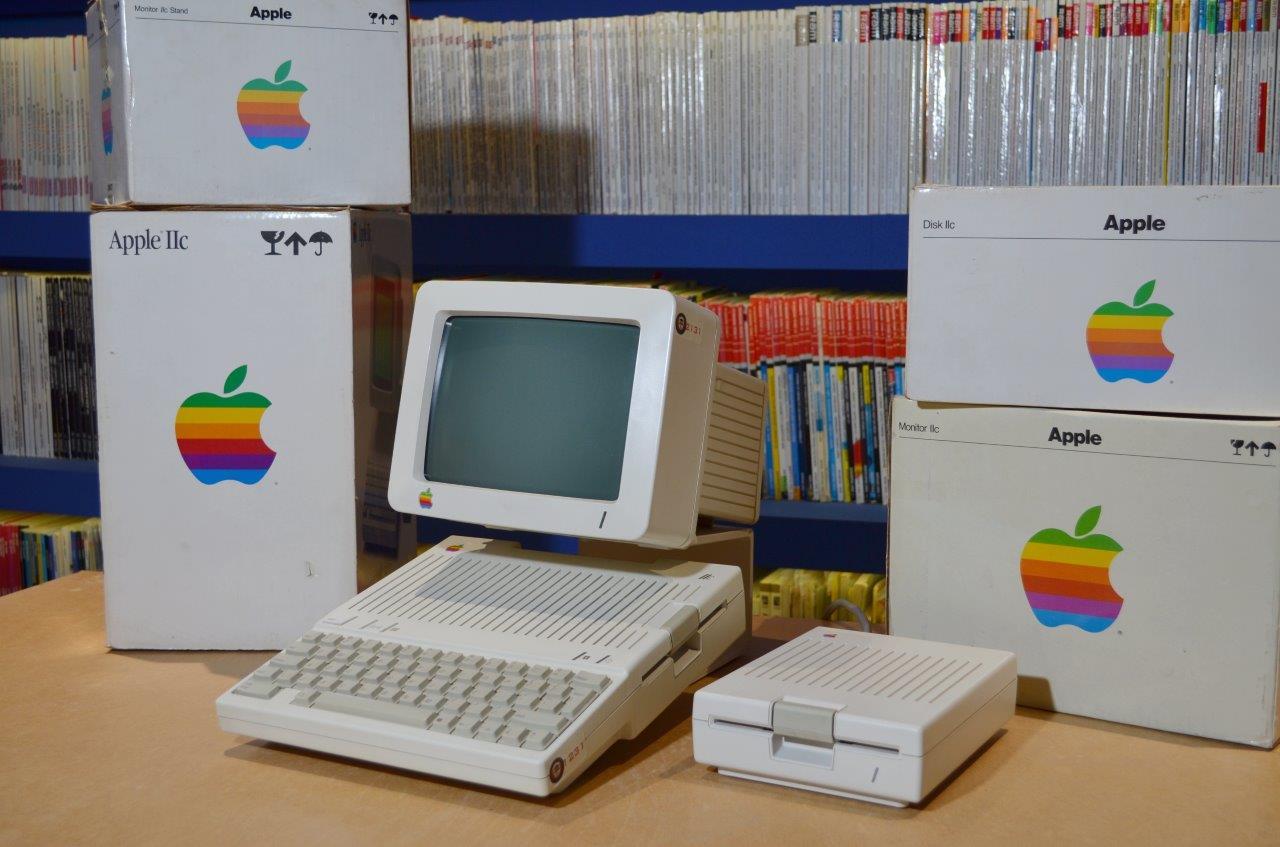 Apple_IIc_me_koutia_resize